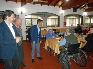 Rey Varela saludó a los ancianos residentes en Domselaar.