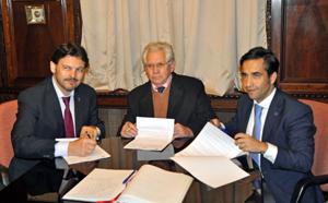 Firmando el convenio con el presidente del Hogar, Ángel Domínguez.