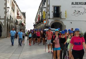 Miranda y Serrano (en el extremo izquierdo de la foto) durante el recorrido con los jóvenes.