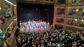 La Banda fue ovacionada por el público que asistió al Teatro Avenida, cuyo foro presentó un lleno total.