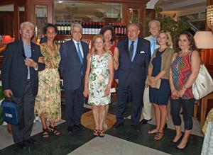Los miembros del CRE de Génova con los diplomáticos españoles.
