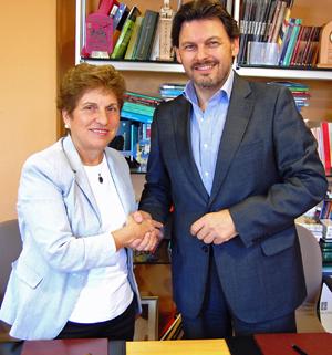 Regina Jallas y Antonio Rodríguez Miranda tras la firma del convenio.