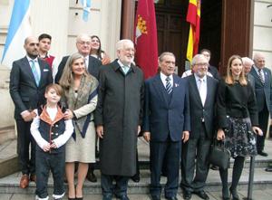 En el centro, Estanislao de Grandes, Pedro Bello y Antonio Tormo.