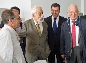 Basilio Losada (centro) con el conselleiro de Cultura, Román Rodríguez, en un acto reciente por el que donó 3.000 libros de su colección particular a la Biblioteca de Galicia.