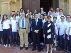 Guillermo Martínez, centro, con los jóvenes del programa Así es Asturias.