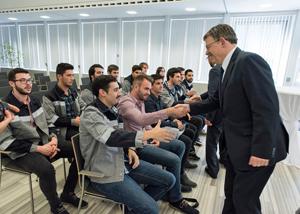 El president de la Generalitat, Ximo Puig, saluda a algunos de los jóvenes beneficiarios de la iniciativa.