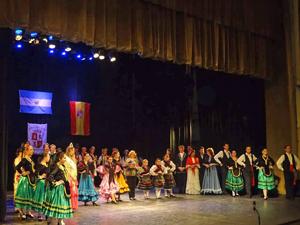 Todos los artistas saludando desde el escenario al final del espectáculo.