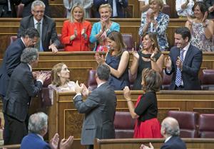 Ana Pastor recibe el aplauso de sus compañeros de partido tras ser elegida presidenta del Congreso.