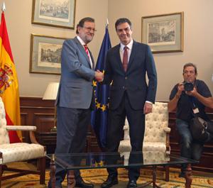Mariano Rajoy (PP) y Pedro Sánchez (PSOE) se saludan antes de su reunión.