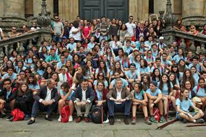En la primera fila en el centro, Román Rodríguez y Alfonso Rueda rodeados por los jóvenes.