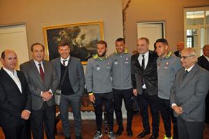 Jugadores y un directivo del Celta arropan al embajador y al presidente del Patronato da Cultura Galega, y a la izquierda Rafael Louzán y el consejero de Empleo, Andrés González.