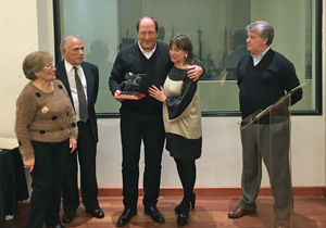 Sanz abraza a Hernando luego de recibir el Premio Cid Campeador.