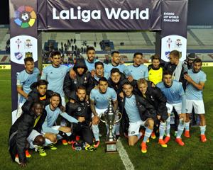 Los jugadores del Celta posan con el trofeo Comunidad Gallega.