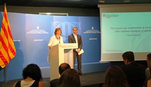 La consellera de Governació, Administracions Públiques i Habitatge, Meritxell Borràs y el coordinador del Plan, Joan Manel Gómez.