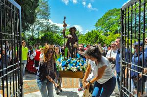 Después de la procesión el Santo regresa a su capilla, llevado en andas por las damas organizadoras del gran evento.