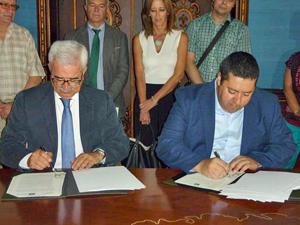 El vicepresidente de la Junta y consejero de la Presidencia y Administración Local, Manuel Jiménez Barrios, y el presidente de Faer, Mario Alonso, firmaron el convenio.