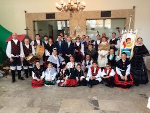 El secretario xeral posa con los directivos e integrantes de grupos folclóricos de la entidad de Sao Paulo.