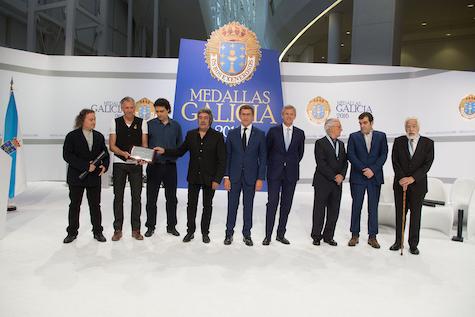 El presidente y el vicepresidente de la Xunta, Alberto Núñez Feijóo y Alfonso Rueda, posan con los galardonados con la Medalla de Galicia; entre ellos, Basilio Losada (primero por la derecha en la imagen).