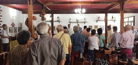El secretario xeral da Emigración, Antonio Rodríguez Miranda (al fondo), y los presidentes de las comunidades gallegas en La Habana guardaron un minuto de silencio por el fallecimiento el pasado 18 de julio del padre del presidente de la Xunta, Alberto Núñez Feijóo.