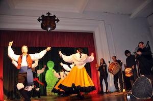 El conjunto folclórico de Casa de Galicia en plena actuación.