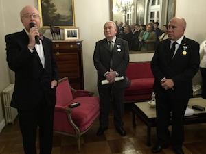 Intervención del embajador en presencia de los galardonados tras la entrega.