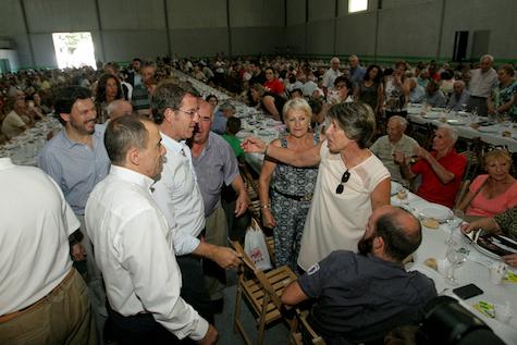 Núñez Feijóo saludó a los asistentes a la reunión.