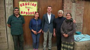 Herrero con algunos de los beneficiarios de las acciones de cooperación exterior desarrolladas por la Junta en Perú.