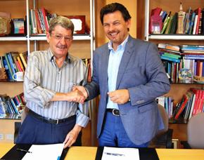 Rodríguez Miranda (derecha) y Celso Domínguez firmaron el convenio.