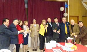 Directivos de la FIEU y el cónsul brindando por el aniversario de la entidad.