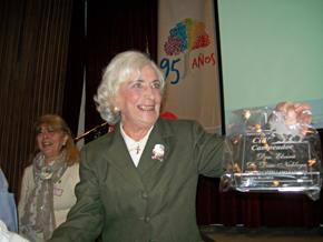 La doctora Elvira María de Chaar con el galardón 'Cid Campeador'.