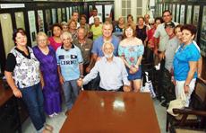Carlos Loureiro, al centro, recibió el homenaje de los estradenses en Cuba.