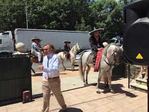 Fernando (en primer plano a la izquierda) y José (derecha, a caballo), al inicio del festejo.