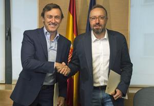 Rafael Hernando y Juan Carlos Girauta tras la firma del pacto.