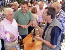 José María Vila Alén, del Centro Galicia de Buenos Aires (derecha), el conselleiro de Cultura, Educación e Ordenación Universitaria, Román Rodríguez (centro), y Vázquez Portomeñe (izquierda) en la 27ª Festa do Emigrante de Ventosa el pasado 6 de agosto.