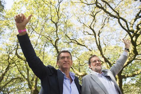 Alberto Núñez Feijóo y Mariano Rajoy en el mitin que el PP organizó en la Carballeira de San Xusto, en Cotobade (Pontevedra).