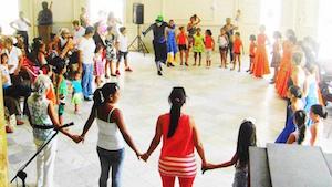 El payaso 'Turuleco' hizo bailar a niños, padres y abuelos.