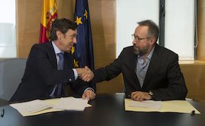 Los portavoces parlamentarios del PP, Rafael Hernando, y de Ciudadanos, Juan Carlos Girauta, firmaron el acuerdo.