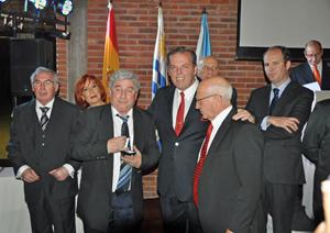 Jorge Torres, centro, entregó la medalla de oro de la entidad a Jesús Fuciños por sus cincuenta años como socio.