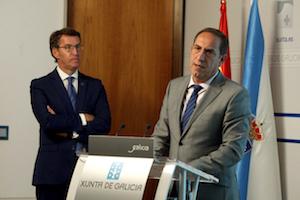 Feijóo atiende las explicaciones del conselleiro de Facenda, Valeriano Martínez.