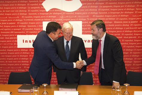 El conselleiro Román Rodríguez saluda a Rafael Rodríguez-Ponga, secretario general del Instituto Cervantes, en presencia de su director Víctor García de la Concha.