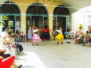 Los participantes disfrutaron de las actuaciones del grupo de baile de la sociedad.