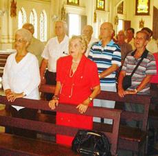 La presidenta de la Beneficencia Asturiana, Mª Lidia Amago (izq.), y la de la Federación Asturiana (FAAC), María A. Marcos (der.), presidieron la ceremonia en la Iglesia Parroquial de Nuestra Señora del Carmen.