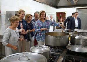 Regina Jallas, la infanta Elena y Fátima Báñez en la cocina de la residencia de ancianos Santiago Apóstol de Río de Janeiro.