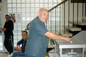 Un emigrante depositando su voto en el Consulado de París el miércoles 21 de septiembre.