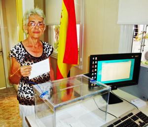 Una emigrante originaria de Lugo depositando su voto en el Consulado de La Habana.