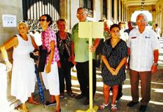 A la derecha, Carmelo González, esperando para votar en el Consulado de La Habana.