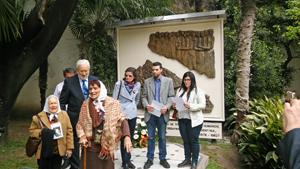 Integrantes de la Asociación Madres de Plaza de Mayo, con sus tradicionales pañuelos, participaron del homenaje.