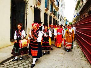 El pasacalles recorrió calles y plazas del Centro Histórico de la Ciudad.