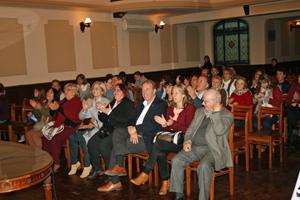 El presidente del Centro Gallego, Jorge Torres, y la directora de la Escuela Galicia, Blanca Frugone, durante la actuación de la banda de gaitas.