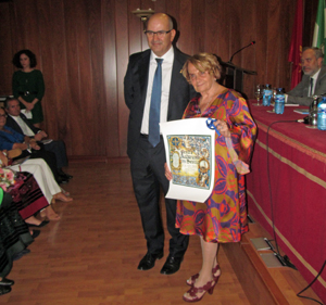 Paz Fernández Felgueroso recibió la 'Madreña de Oro' de manos de Juan Alberto González García.